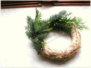 Postupně přivazujte větvičky zeleným zahradnickým vázacím drátkem.